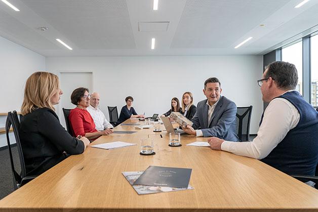 Team Besprechung aller Abteilungen