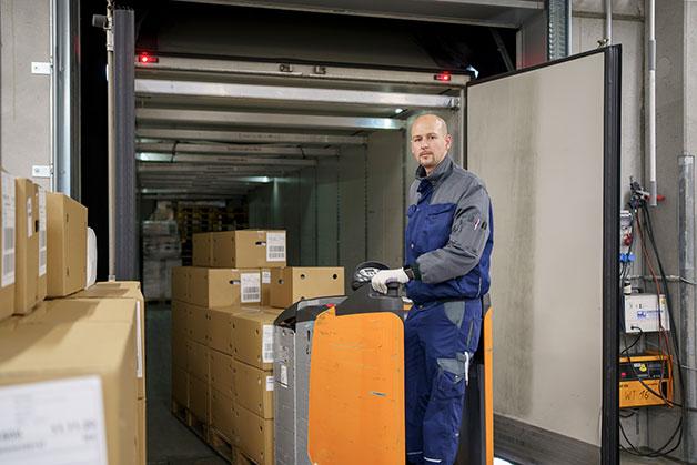 Markus Schwaiger belädt den LKW