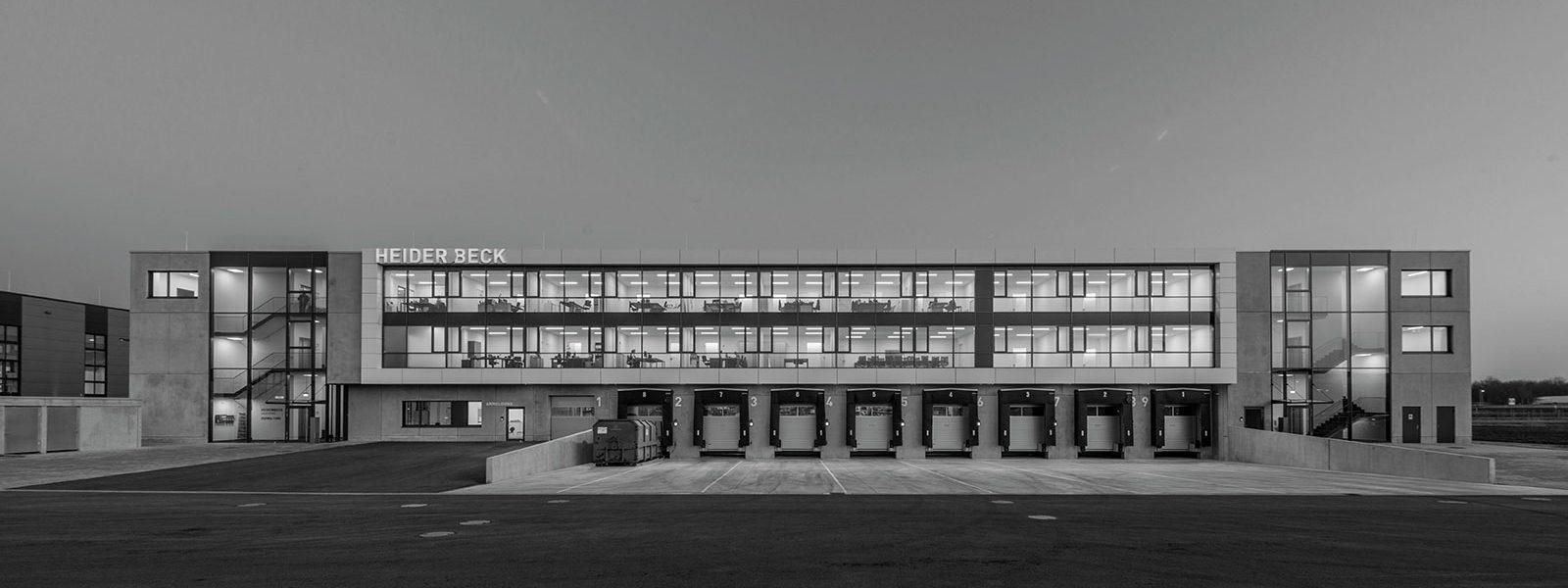 Ansicht auf die Firma in schwarz-weiß als Hintergrundbild für Geschichte