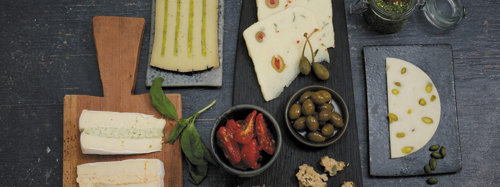 Käsestilbild mit verschiedenen Käsen dekorativ angerichtet