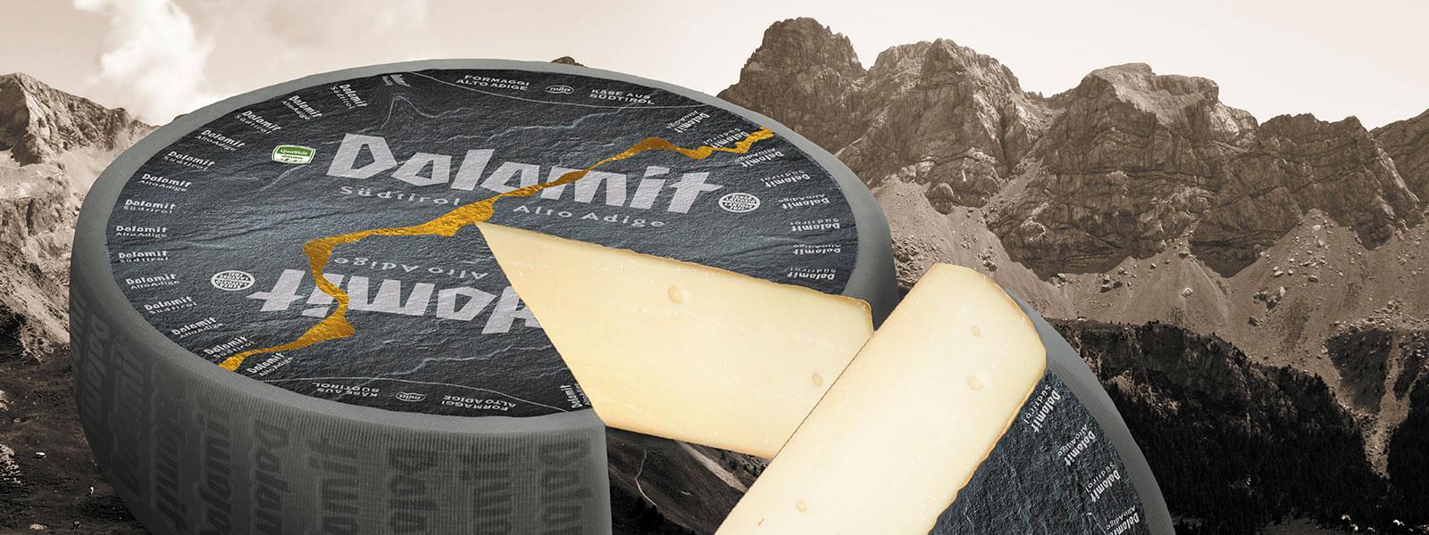 Dolomit Käse aufgeschnitten im Hintergrund die Dolomiten