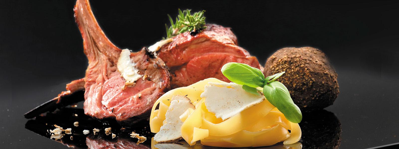 Lamm und Pasta delikat angerichtet mit gehobeltem Genussjuwel