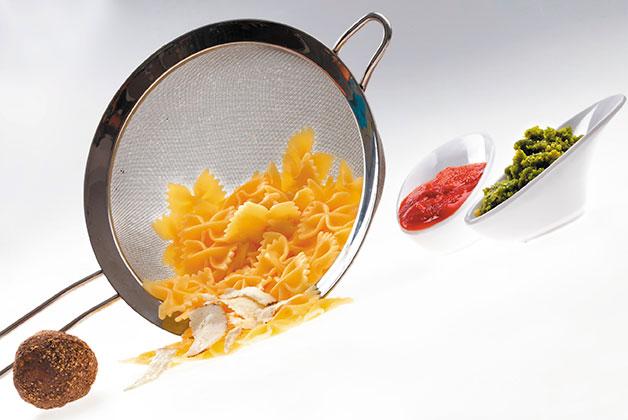 Das Genussjuwel, Pasta aus dem Sieb und Pesto im Bild