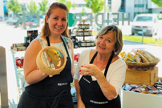 Rosi und Mercedes präsentieren den Marcus Böhmer Käse im Heiderbeck Outlet