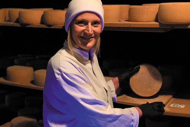 Anke Heymach pflegt den Marcus Böhmer Käse in ihrem Reifekeller