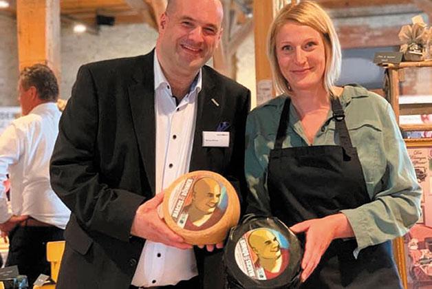Marcus Böhmer und Anke Heymach präsentieren den Käse auf der Heiderbeck Messe