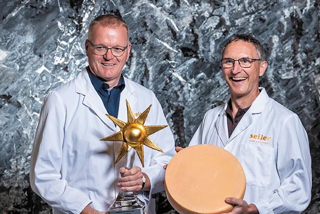 Hansruedi Aggeler und Felix Schibli erhalten den Preis der Goldenen Sonne als Raclette Produzenten des Jahres